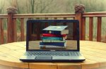 książki na ekranie laptopa