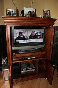 telewizor umieszczony w szafie