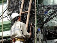 Elektryk przy pracy